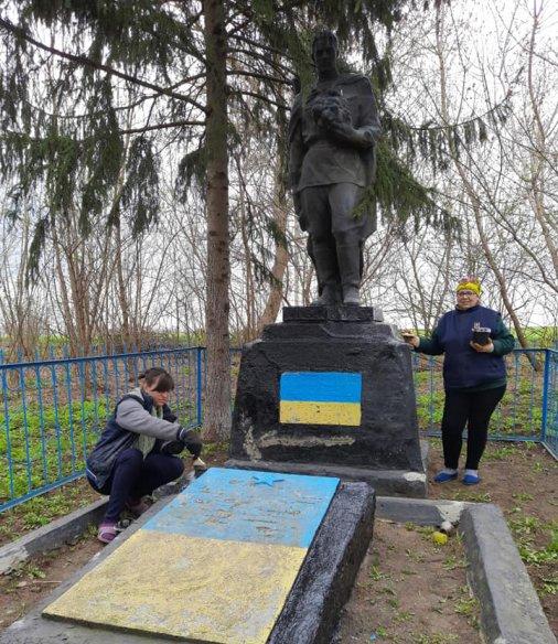 Село Борщова впорядковує Братську могилу